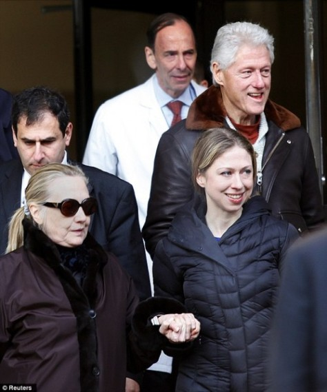 Hilary-Clinton-leaves-NYE-Hospital-with-Bill-and-Chelsea-Clinton-1-499x600