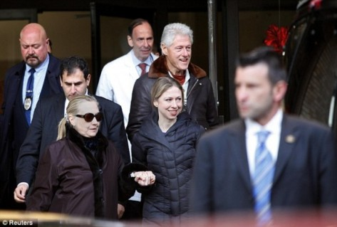 Hilary-Clinton-leaves-NYE-Hospital-with-Bill-and-Chelsea-Clinton-8-600x405